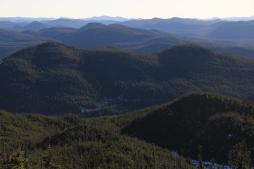 Sommet du Mont Durue en hors-piste dans la Réserve Faunique des Laurentides.