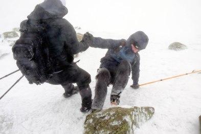 Philippe qui tombe à cause des roches, ici aidé par Jonathan pour se relevé. Comme on dit, dans lAdversité on reconnait les vrais amis. Crédit : Mathieu Grenier