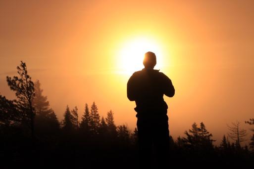 Alain admirant le lever de soleil au Mont Caribou