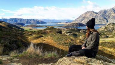 Francesca sur la Diamond lake track en face du Wanaka Lake