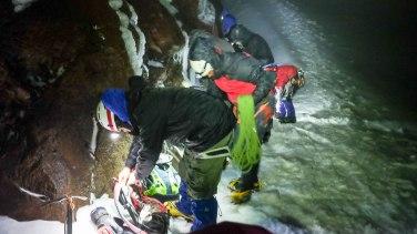Au début du glacier, il est temps de mettre les crampons