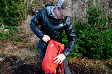 Mathieu qui rempli son sac, Crédit Photo : Alain Côté