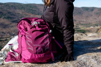 Sonia au sommet avec son sac osprey.