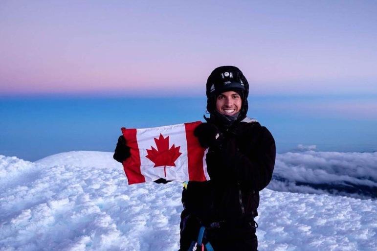Très fier au sommet du Chimborazo à 6,310m d'altitude. Crédit photo: Mathieu Grenier