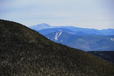 Vue à partir du sommet Sud sur le mont Washington au loin.