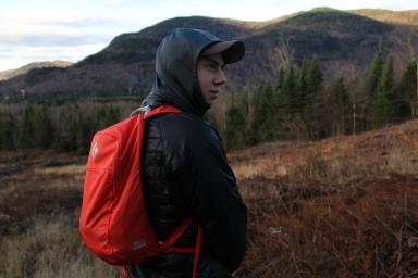 Mathieu en regardant le sommet avec son sac BD. Crédit Photo : Alain Côté